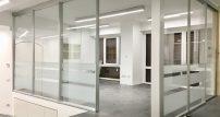 Ambiente interno con struttura in pareti vetrate scorrevoli